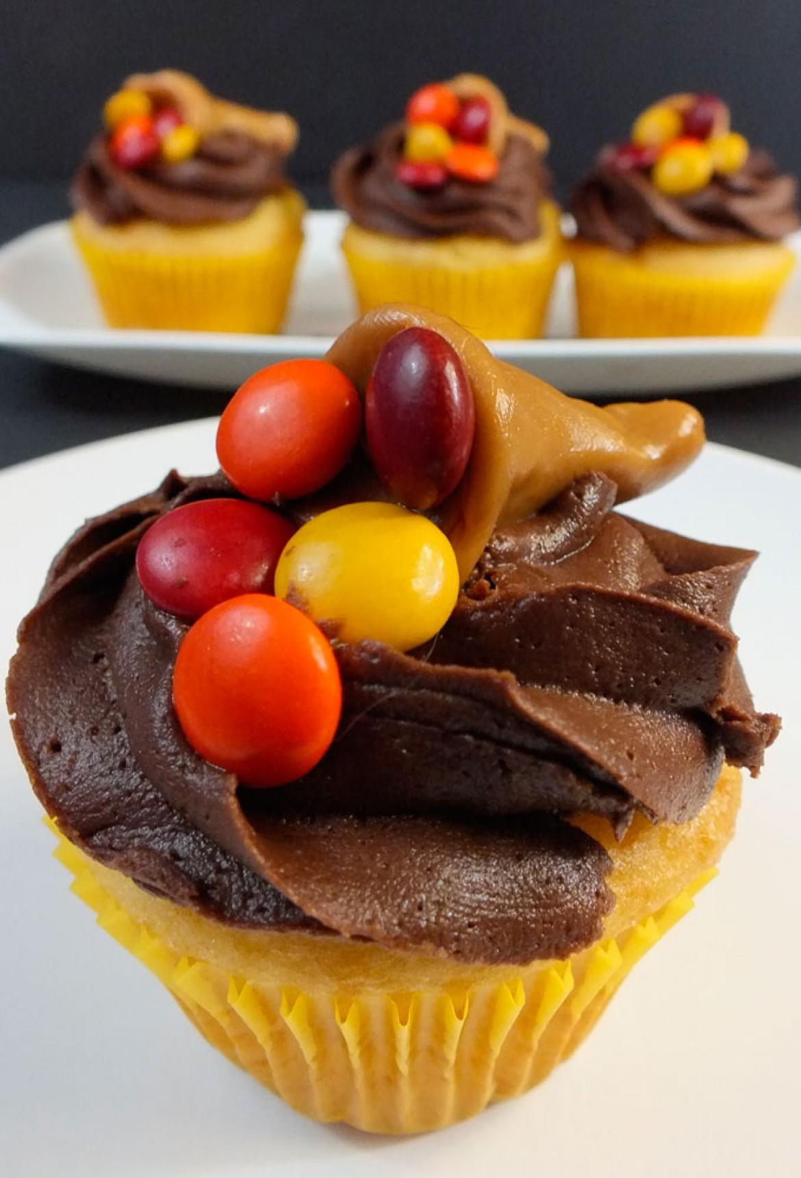 Thanksgiving carmelcopia cupcakes cupcake fanatic for Decorations for thanksgiving cupcakes
